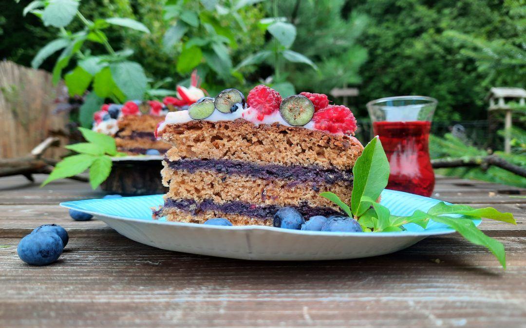 Tort z białą czekoladą, borówkami i malinami (wegański)